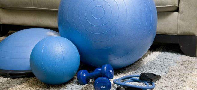 sprzęt do ćwiczeń gimnastycznych leżący na dywanie w mieszkaniu