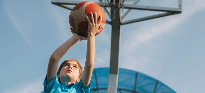 dziecko grające w koszykówkę
