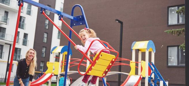 dziecko bawi się na placu zabaw